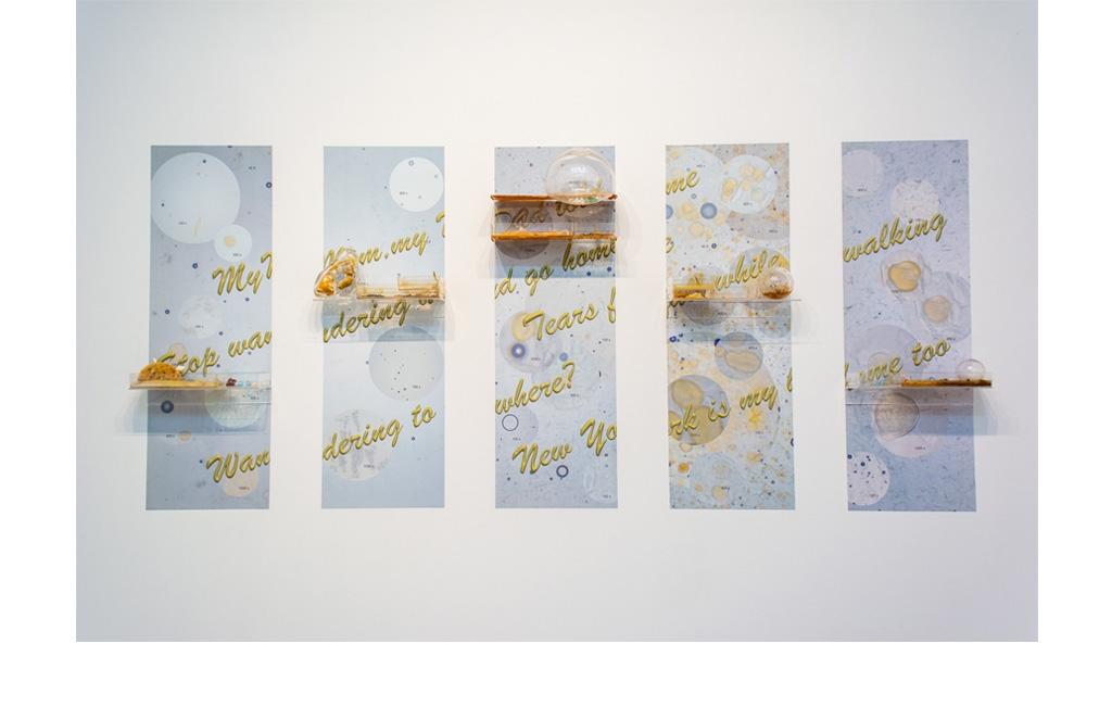 Mo Kong, Black Cloud, Thin Ice, 2018 - Stampe digitali su Photo Tex, vetro soffiato a mano, mensole in acrilico, gomma, ceramica, conchiglie, dente di coccodrillo, spugna, miele, documenti governativi sminuzzati, c'era d'api, 137 x 304 cm