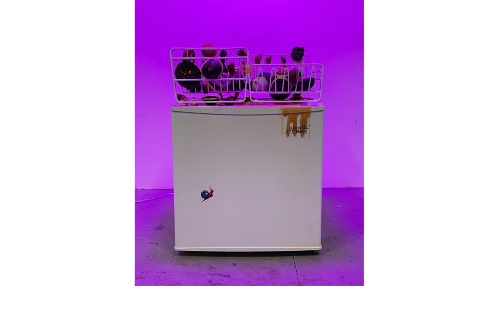 Mo Kong, Landing, Seeing Stitches (Free Standing) 2018 - Struttura in metallo, gomma, UV, disegni in plexiglass stampato su pietra a nido d'ape, alabastro, profumo di miele, 142x 25 x 25 cm